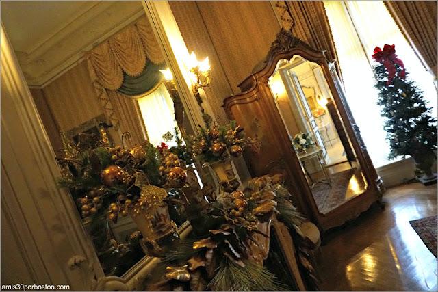 Chimenea del Dormitorio de Estilo Luis XV en la Mansión The Elms en Newport