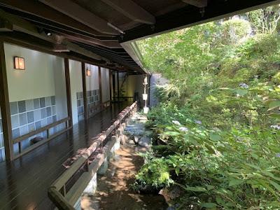 中庭を通る廊下