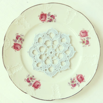 ByHaafner, crochet, vintage, thrifted, plate from Mosa Maastricht, crocheted doily