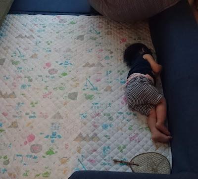 めずらしく娘が明るい部屋で寝てしまいました…