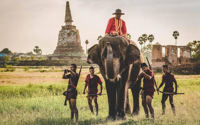 Ở thời kỳ Ayutthaya (1350 – 1767) được xem là giai đoạn phát triển rực rỡ của nghệ thuật kiến trúc, đặc biệt là đền chùa, tháp Phật với những thừa hưởng đậm nét của dòng chảy Hindu vào Đông Nam Á. Hình thái kiến trúc tháp Phật, xây bằng gạch nung có phủ một lớp vữa để mộc, gọi là Chedi, tạo thành một điểm nhấn đẹp của cố đô Ayutthaya ở các phế tích còn lại như Wat Phra Si Sanphet, Wat Yanasen, Wat Yai Chai Mongkhon…