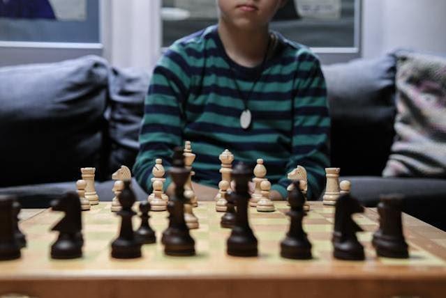 Cuidar los primeros años de vida es comenzar bien, tan importante como en una partida de ajedrez, bucar el sentido del dolor, renacer desde el sufrimiento, heridas psicológicas, teoría del apego