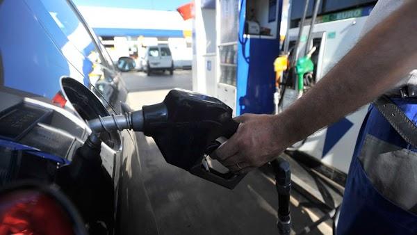 Si baja el petróleo, ¿por qué no bajan los precios de los combustibles?