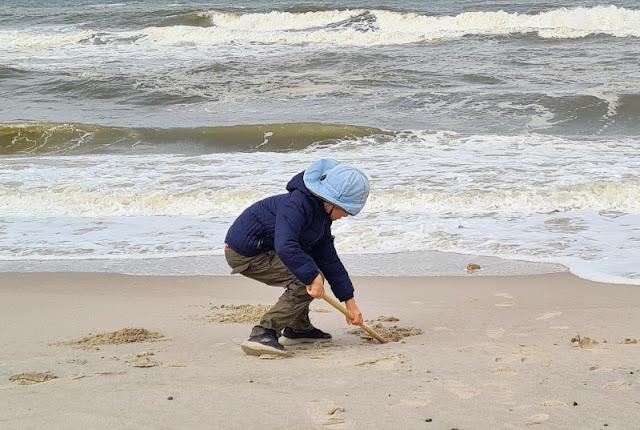 Warum unsere Kinder ihre Rucksäcke selbst tragen (+ Rucksack-Tipps). Für den Strand sollte eine Schaufel wie diese stabil sein. Unser großer Junge muss überlegen, ob er sie zusätzlich zum Rucksack selber tragen will.