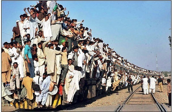 صور غريبة - صفحة 24 25-The-Most-Crowded-Train-in-Pakistan-610x394