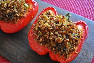 Papryka faszerowana kaszą gryczaną i warzywami