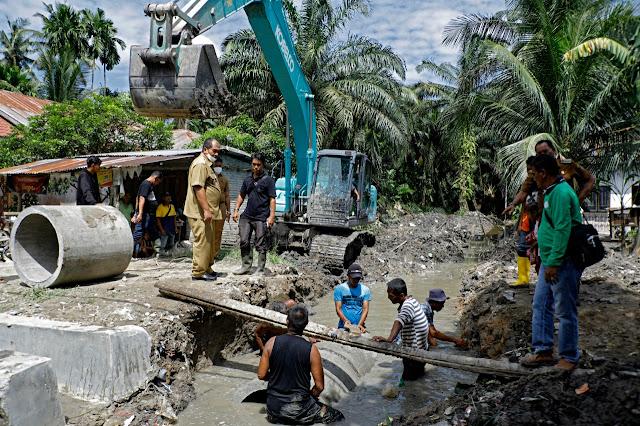 Wabup Asahan Tinjau Normalisasi Saluran Air dan Pemasangan Bis Beton Parit Rodi di Desa Subur Air Joman