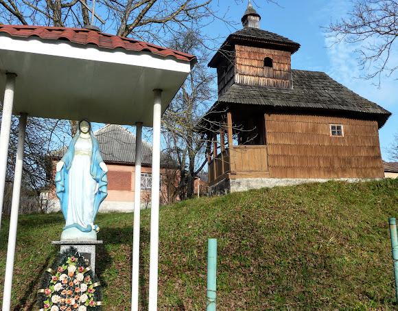 Подороді Україною, українське село. Уклин. Церква Петра і Павла. Скульптура Божией Матери