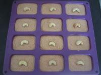 Pâte des cakes à la patate douce avant cuisson dans les empreintes de ma plaque à mini cakes