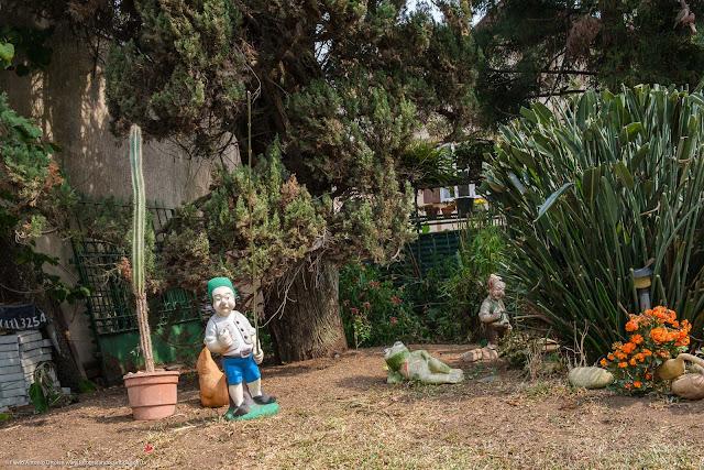 Uma casa com jeito alemão, na Mateus Leme - jardim com estatuetas
