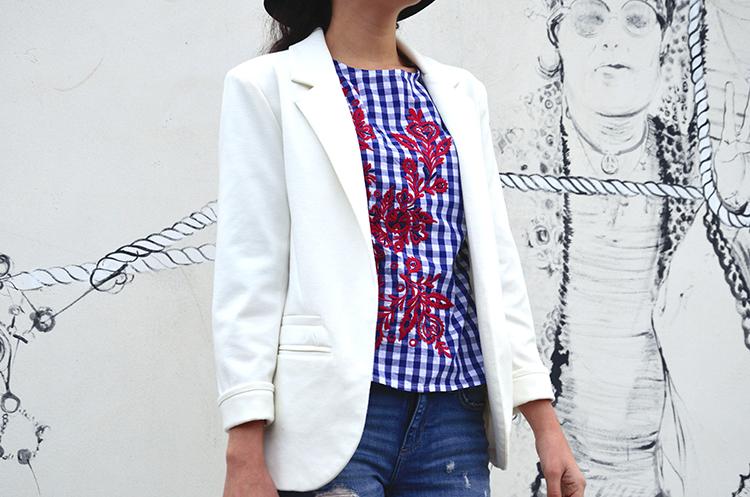look-blogger-blusa-cuadros-bordados-blazer-stilettos-jeans-outfit-trends-gallery