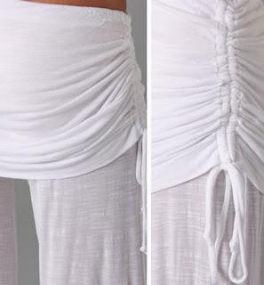 Pantalones de pierna ancha, cintura alta elástica y una pequeña falda sobre las caderas