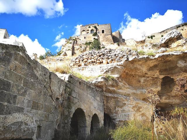 Il castello di Ginosa visto dal villaggio rupestre