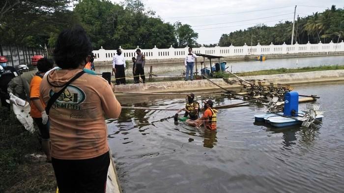 Petugas mengevakuasi jasad korban yang tewas di tambak udang di Kulon Progo, Senin (22/6/2020). (Foto: Dok. Humas Polres Kulon Progo)