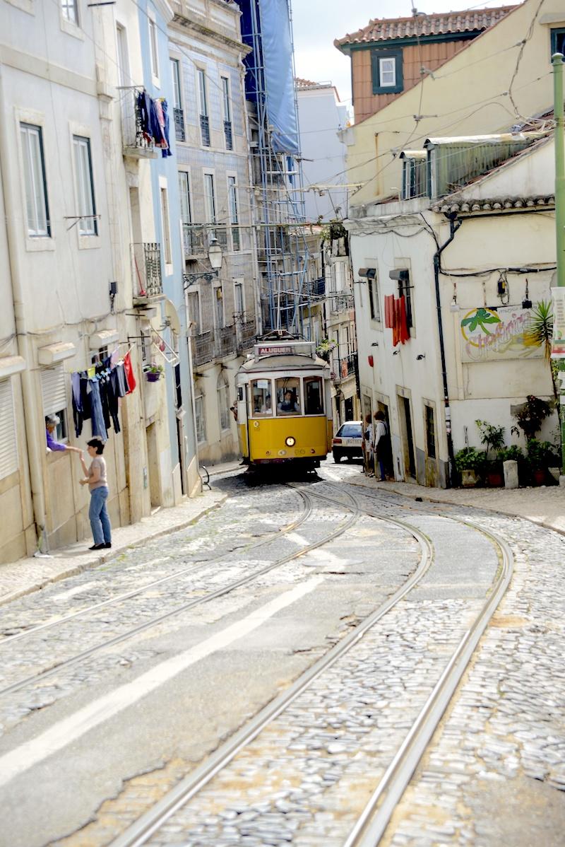 Alfama Lizbona żółty tramwaj, tram lisbon