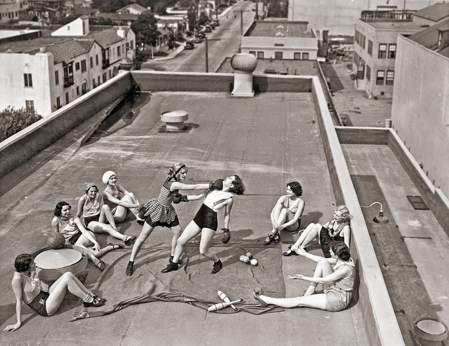 24 Rare Historical Photos That Will Leave You Speechless - Women boxing on a roof in the 1930s.