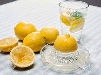 Τι συμβαίνει με το σώμα μας όταν πίνουμε νερό με λεμόνι;