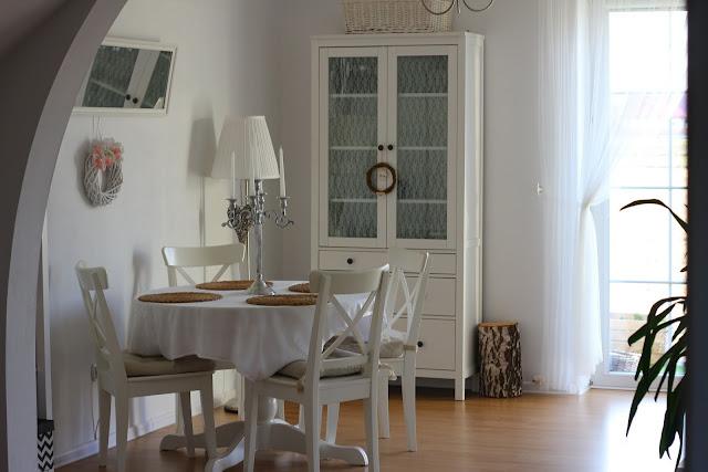 drewniana ściana w salonie, deski na ścianie, Hemnes Ikea, szafka rtv Hemnes Ikea, stolik Isala Ikea, stół Ingatorp Ikea, krzesła Ingolf Ikea