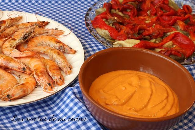 Crema de pimientos rojos y almendras con langostinos