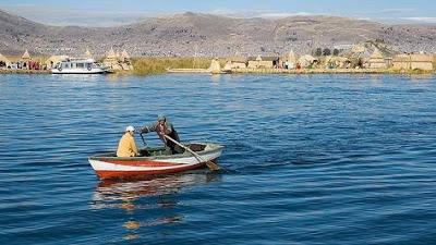 Foto de personas navegando en el Lago Titicaca