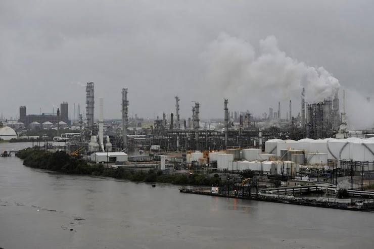 Pabrik Kimia yang Terendam Banjir di Texas Meledak