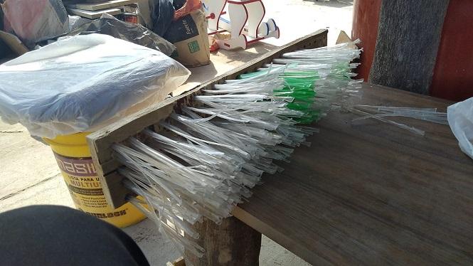 """Internos de """"El Cerrito"""" trabajan en la fabricación de escobillones con materiales reciclados"""
