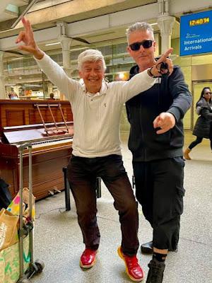 (8 Oct. '21): SCHMULL & Dr. K. spelen piano in St. Pancras station, Londen