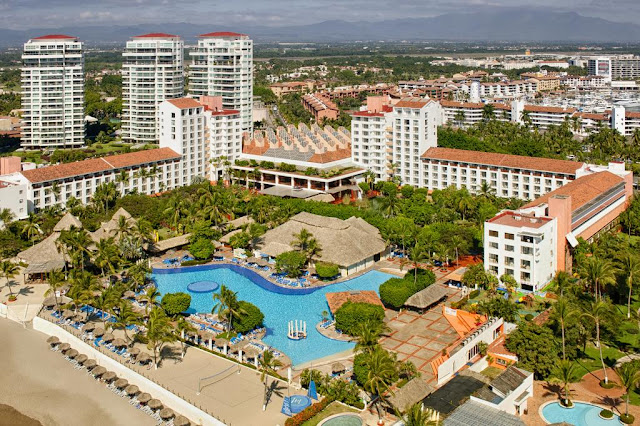The all-inclusive Meliá Puerto Vallarta beachfront hotel in the exclusive area of Marina Vallarta is just 5 minutes from Puerto Vallarta airport and 10 minutes from the Convention Centre. Enjoy the timeless tropical charm of the hotel and its relaxing ecological gardens.
