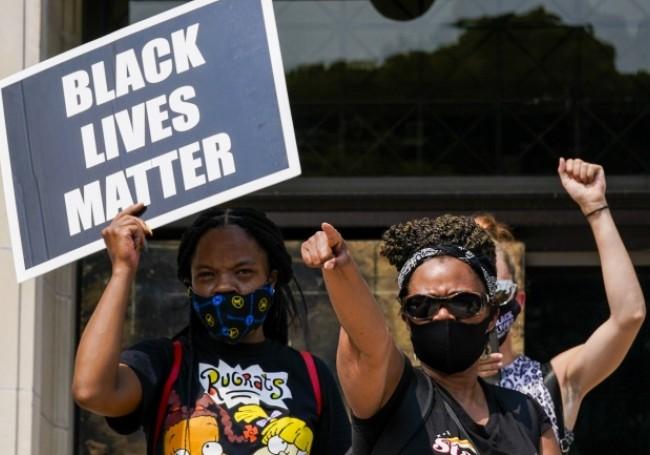 """VIDÉO : Des militants haineux de """" Black Lives Matter """" harcèlent et intimident des clients blancs de restaurants"""