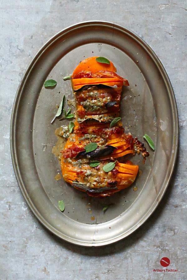 Rezept für scheibenweisen Genuss aus leuchtendem Butternut als Hasselback-Kürbis mit schmelzendem Blauschimmel-Käse, knusprigem Salbei und spanischem Schinken #hasselback #kürbis #herbst #hokkaido #rezept #süßkartoffel #potatoes #backofen #kartoffeln #butternut #squash #kochen #einfach #winter #zucchini #hähnchen #chicken #käse #salbei #fächer #steak #foodblog #arthurstochter #foodphotography #foodstyling #kräuter #würzen #aardappel #cheesy