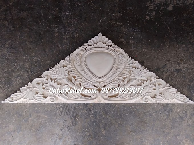 Ukiran batu paras bentuk segitiga motif klasik