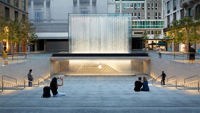 tienda apple milan italia ,entrada de vidrio transparente y luz cálida