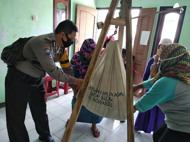 Bhabinkamtibmas Polsek Kutasari Bantu Kegiatan Posyandu di Desa Candiwulan