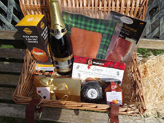 hamper with wine and shortbread