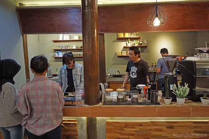 Pengunjung kedai kopi yang antri memesan minuman