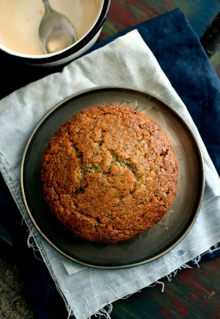 Torta con semillas de amapola, humedecida con el jarabe de jugo de toronja