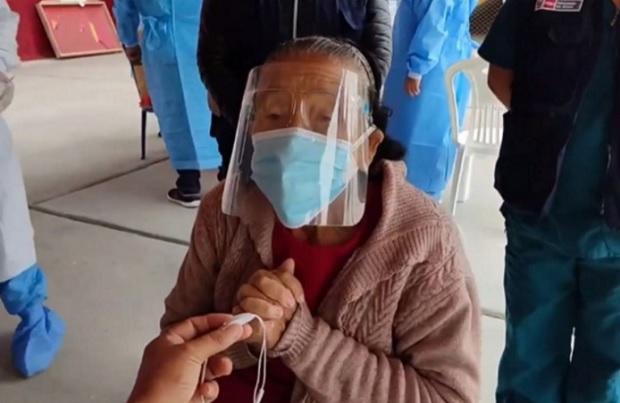 Covid-19: anciana de 85 años es la primera adulta mayor inmunizada en Chimbote
