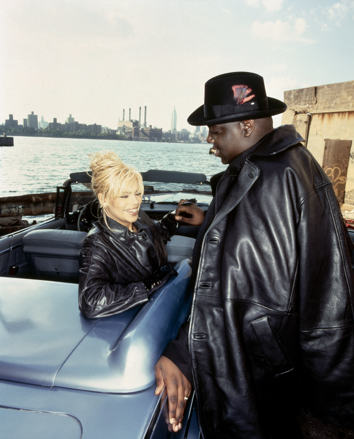 Faith Evans und Notorious B.I.G. an einem Auto vor dem Hudson River in New York