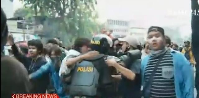 Demo Di Harmoni Berakhir Pelukan Dan Salaman Massa Dengan Anggota Brimob