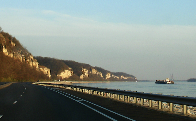 wikipedia color image of bluffs, road, and Mississippi River view on rte 100 great river road alton grafton illinois