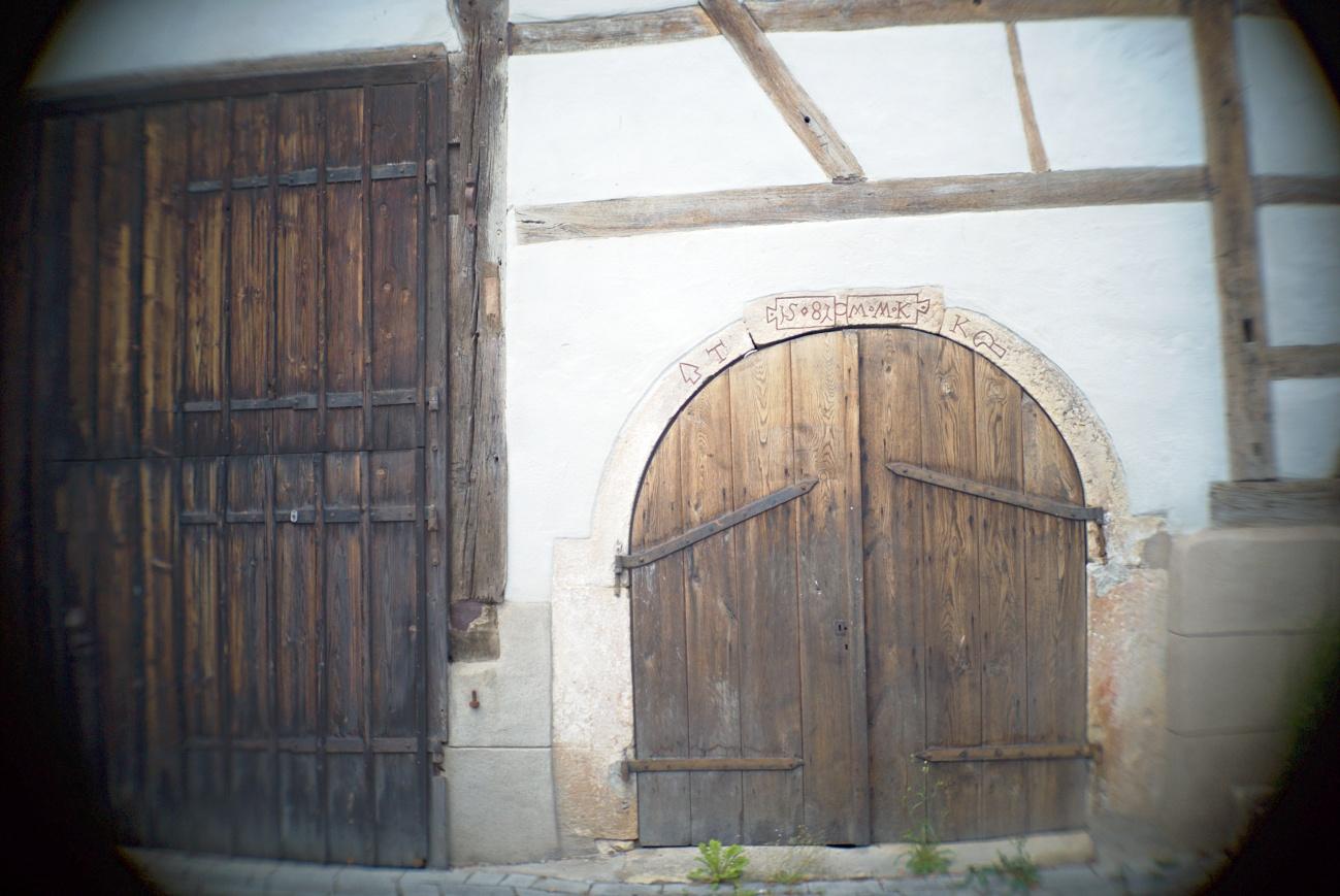 Zum Tagesabschluss — Türen #3 -- Verzogene Referenzscheunentüre