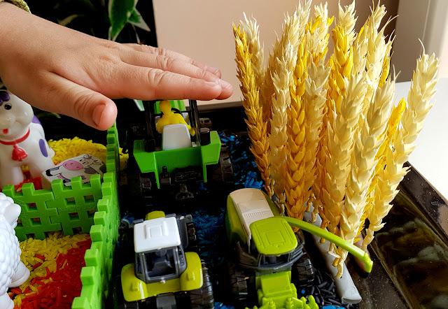 Sensoryczne zabawy kolorowym ryżem. Wiejska zagroda, ryżowe rysunki i ryżowa tęcza w słoiku. - Kreatywnie z dzieckiem. - w co się bawić z dzieckiem w domu - czym zająć malucha - zabawy dla przedszkolaka
