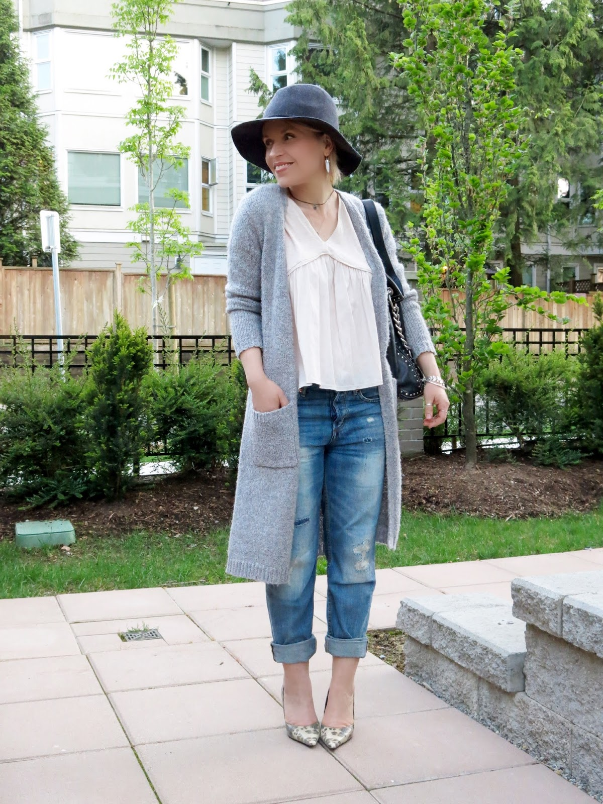 styling boyfriend jeans with a Zara top, long cardigan, reptile-patterned pumps, and floppy hat