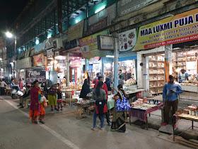 रात्री उशिरा गजबजलेला बाजार