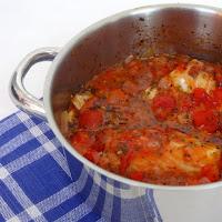Bacalhau com tomate, pimento e manjericão