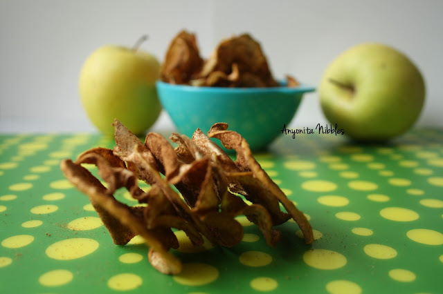 Healthy autumn treat: spiced apple crisps from www.anyonita-nibbles.com