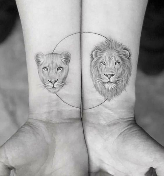 imagen de un tatuaje de león para mujer en la muñeca
