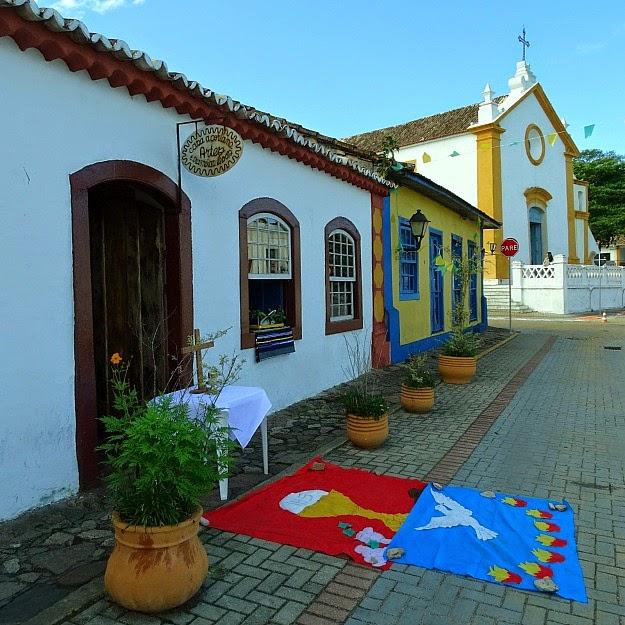 Santo Antonio de Lisboa - Casa Açoriana Artes e Tramoias Ilhoas, no primeiro plano. Igreja Nossa Senhora das Necessidades, no segundo plano
