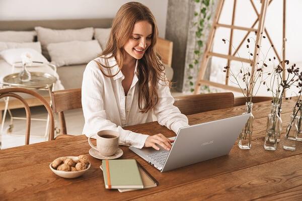 Beauty Blogger Mengedit Foto dengan Laptop ASUS VivoBook 15 A516