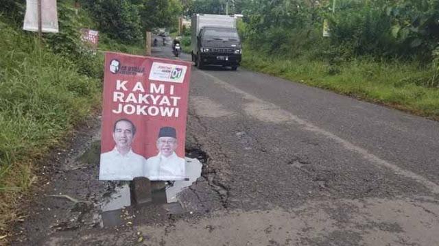Poster Jokowi-Maruf Amin Jadi Penanda Jalan Rusak di Malang, Warga: Jalan Itu Berbahaya